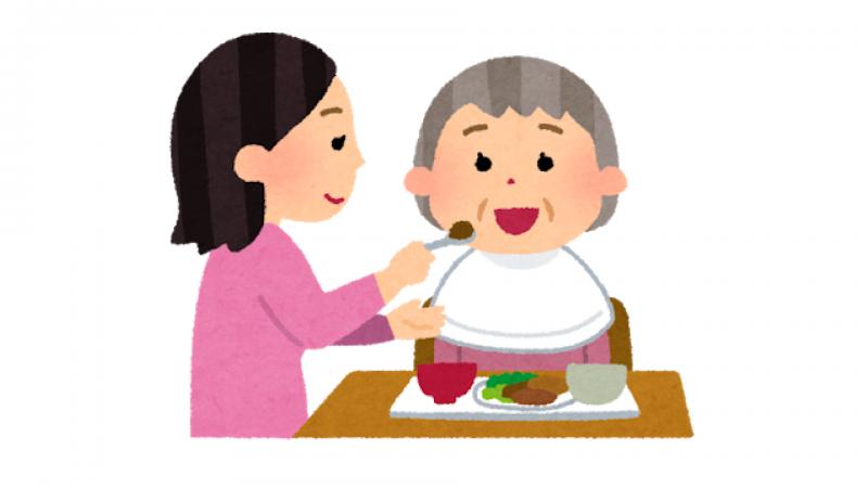 食事の介助をする介護士さん