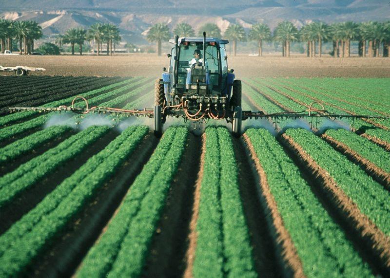 農薬をまくトラクター