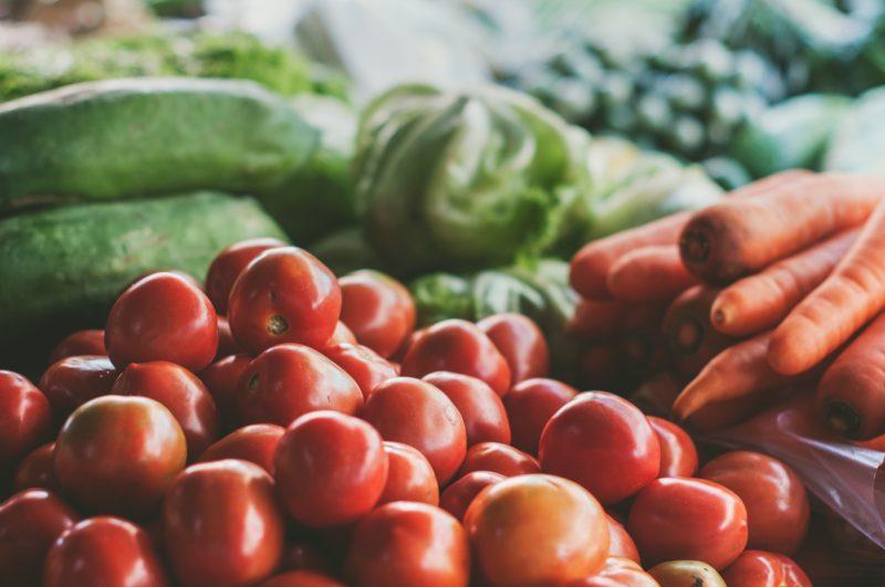 たくさん並んだトマトや野菜