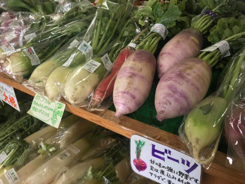 直売所の棚に並ぶたくさんの野菜