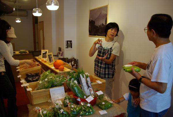 REFSホームページより 店舗内で野菜の説明をするスタッフの画像