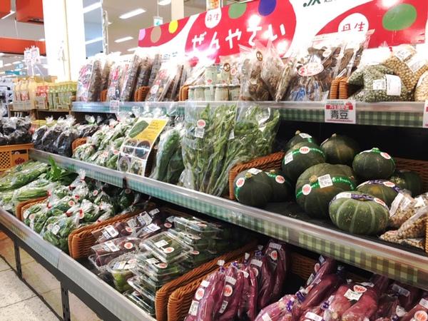 丹生膳野菜の店舗に並ぶ様々な野菜の画像