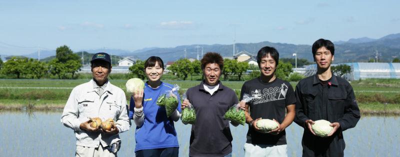 田んぼの前でほほ笑む土佐野菜の生産者たち