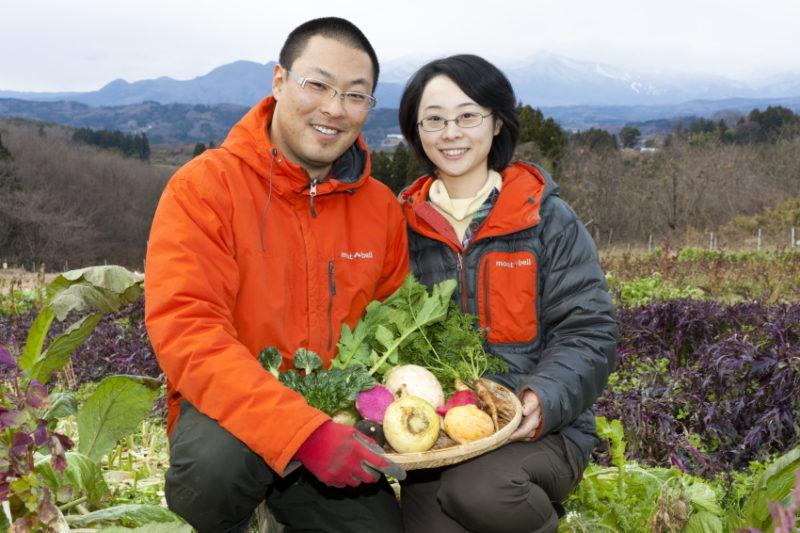 自然農場風天ホームページより 畑で野菜を手に微笑む生産者夫婦