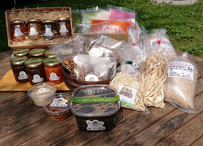ジャムや味噌などたくさんが揃う綾早川農苑の加工品の画像